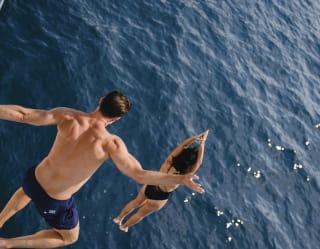 Vue aérienne d'un couple qui plonge dans l'océan