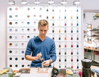 Un artigiano che crea occhiali