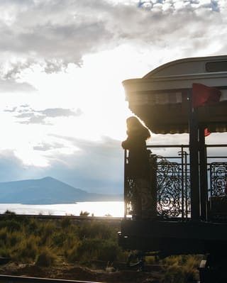 Mulher em um mirante de trem ao ar livre admirando a vista
