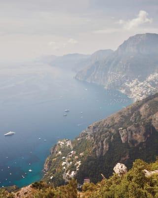 Vista della Costiera Amalfitana da una scogliera