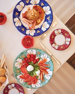 Vista dall'alto di piatti colorati con specialità della cucina italiana