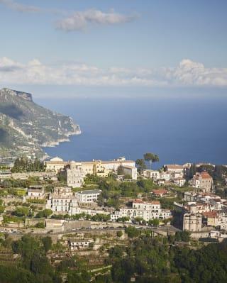 Vista aerea di un borgo sulla costa italiana con vista sul Mar Tirreno