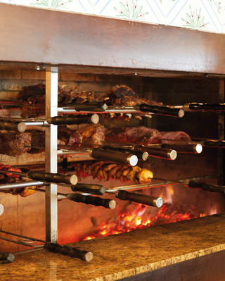 Churrasco brasileño tradicional en medio de brasas ardientes