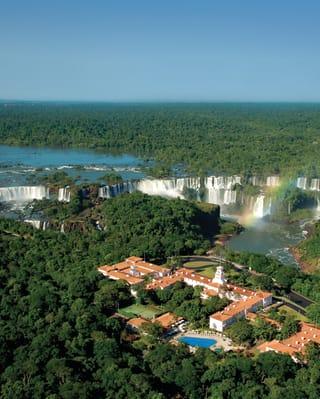 Vista aérea del Hotel das Cataras y de las cataratas del Iguazú
