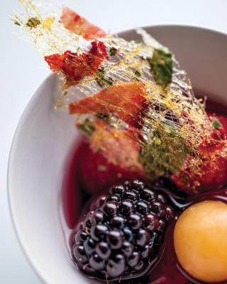 Frutta estiva servita in una ciotola bianca rotonda vista dall'alto