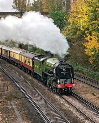 Le Belmond British Pullman transporté par une locomotive à vapeur