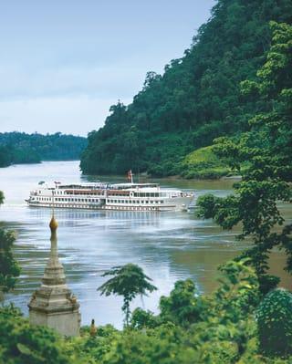 Bateau de croisière de luxe naviguant sur une partie verdoyante de la rivière Ayeyarwady
