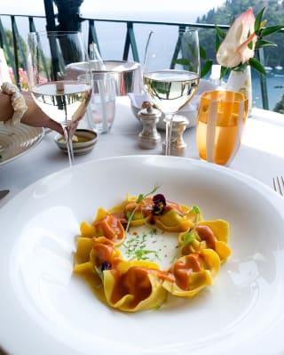 Dettaglio di un piatto di ravioli su un tavolo in terrazza