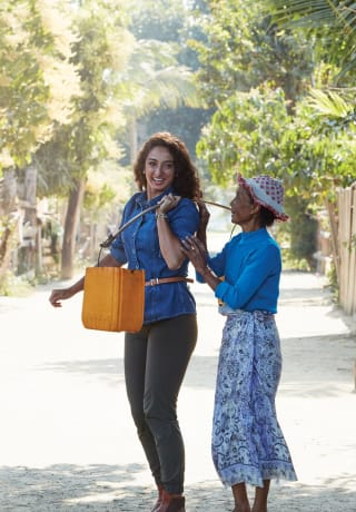 Einheimisch burmesische Frau spricht mit einer lächelnden Touristin