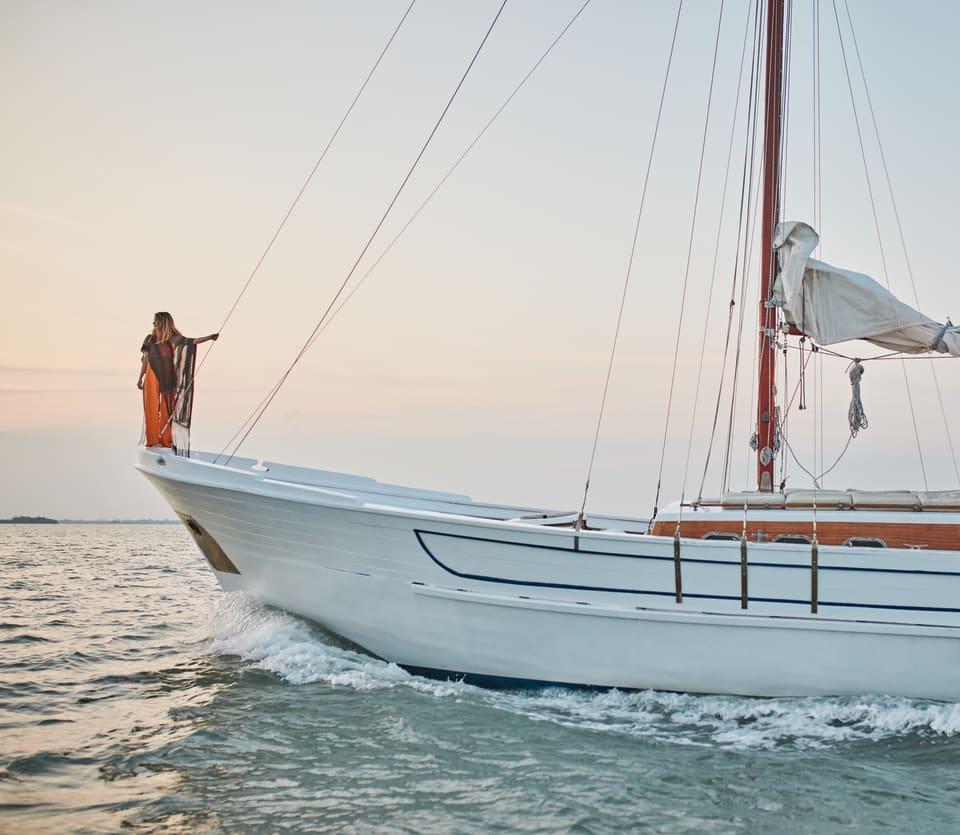 Une femme debout sur la proue d'un bateau